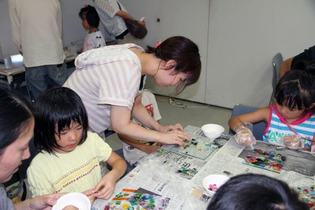 色ガラスの遊び方を指導する学生さん