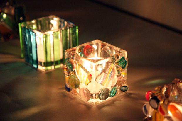 色ガラスにキャンドルを灯す