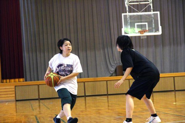 ボールキープする佐々木彩華さん
