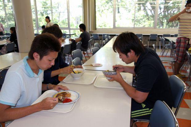 学生食堂の男子学生
