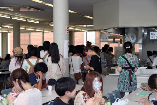 学生が並ぶ食堂