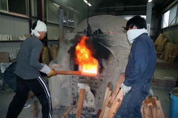 薪を焼べる様子
