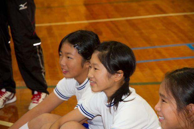 自分の走る姿をチェックする女子小学生