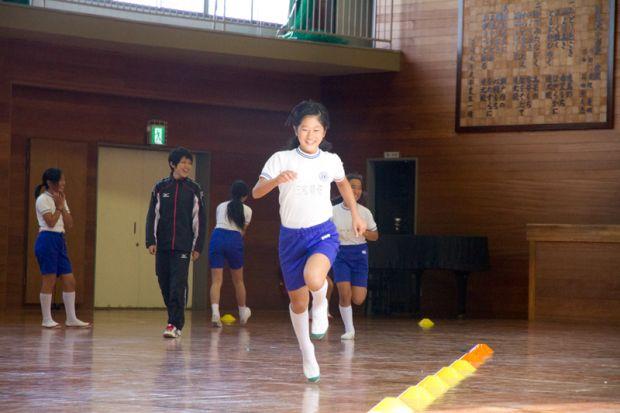 練習後走る女子小学生
