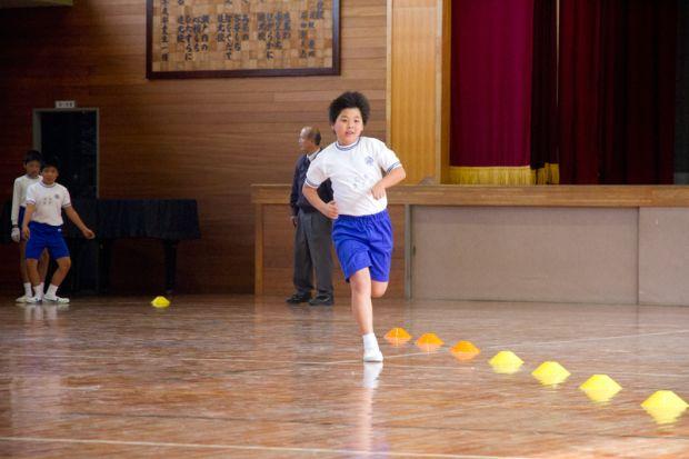 練習後走る男子小学生