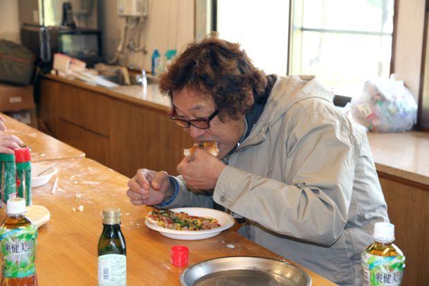 ピザを食べる岡田先生