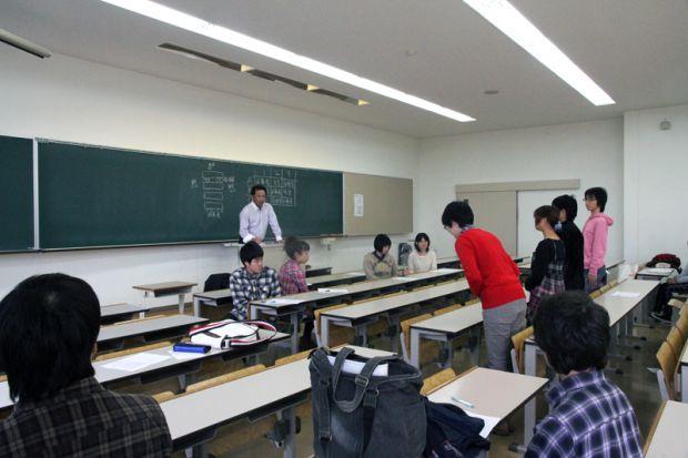 お辞儀の練習をする学生