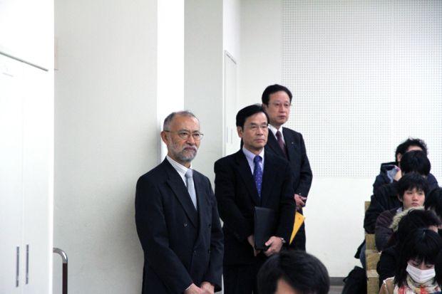 唐木学長と藤原副学長と小山先生