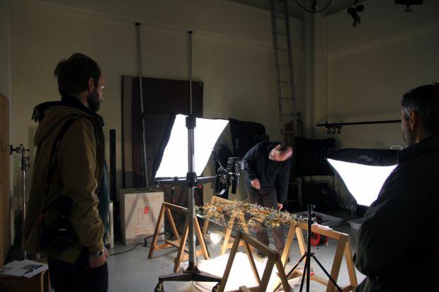 倉敷芸術科学大学写真スタジオにて制作活動を行うユリ・ブロドスキー氏