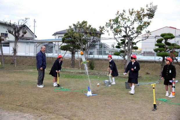 小学生がペットボトルロケットを発射