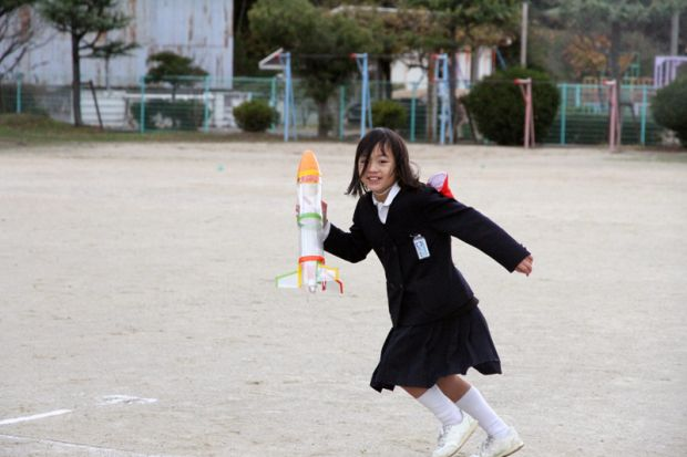 ペットボトルロケットを持つ小学生