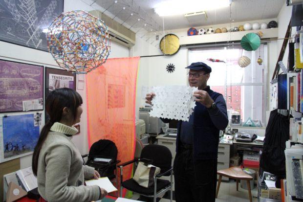 学生とお話するカスパー・シュワーベ先生