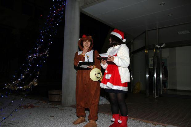 サンタクロースとトナカイの衣装を着た学生さん
