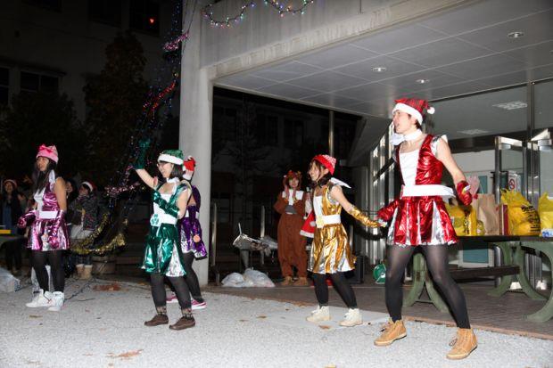 サンタの衣装でダンス!