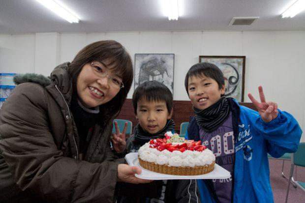 ケーキを持つ瀬古さんファミリー