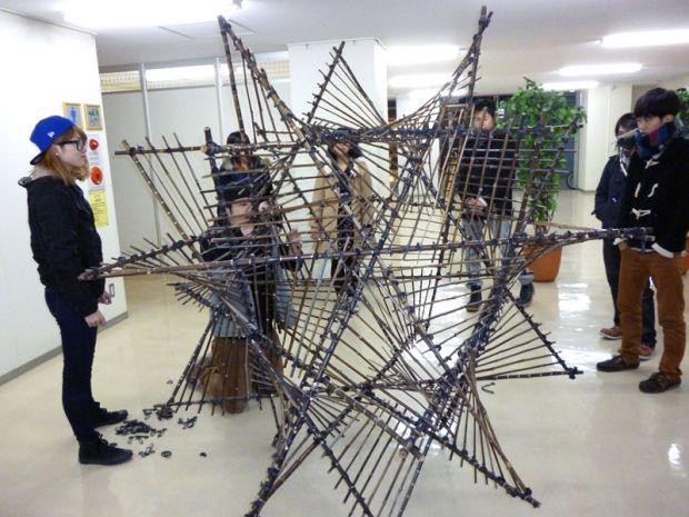 竹のオブジェを制作する学生さん