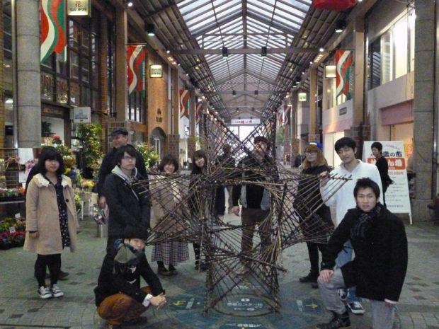 竹オブジェを制作した学生さん達13名