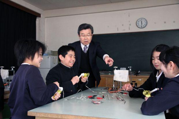 面白い発電実験をする小学生