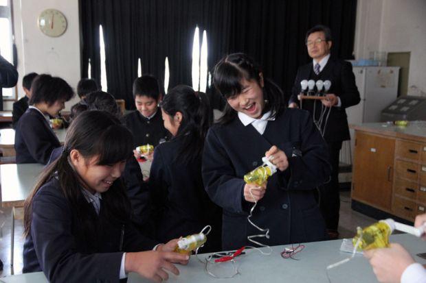 発電できて笑顔の小学生