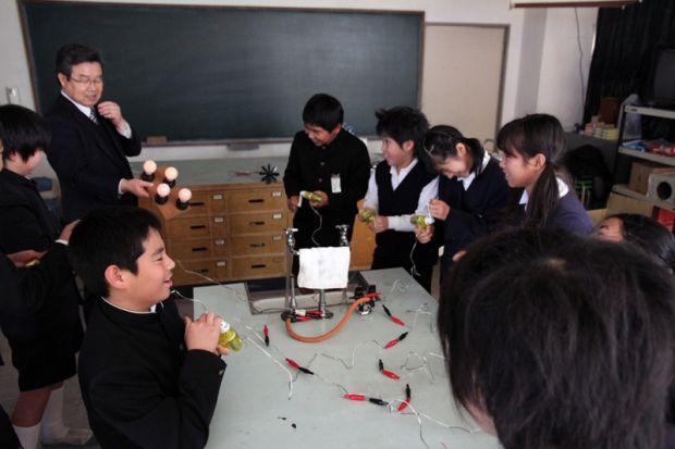 発電実験で電球がたくさん点灯