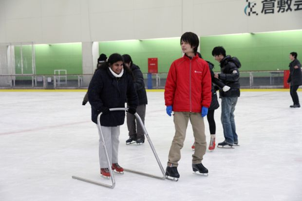 補助器でスケートする留学生