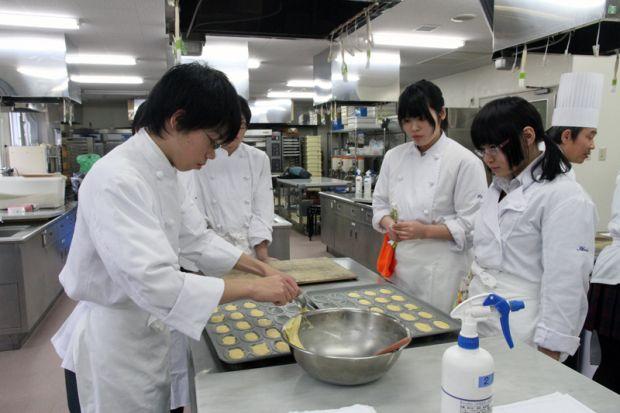製菓実習中