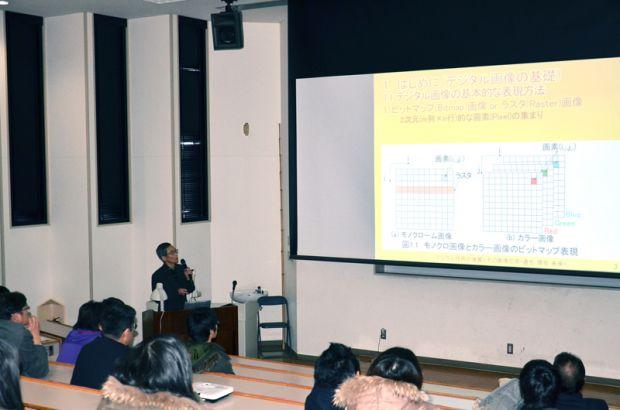 スクリーンを使って講義をする浜田教授