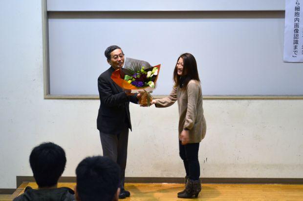 学生さんから花束の贈呈