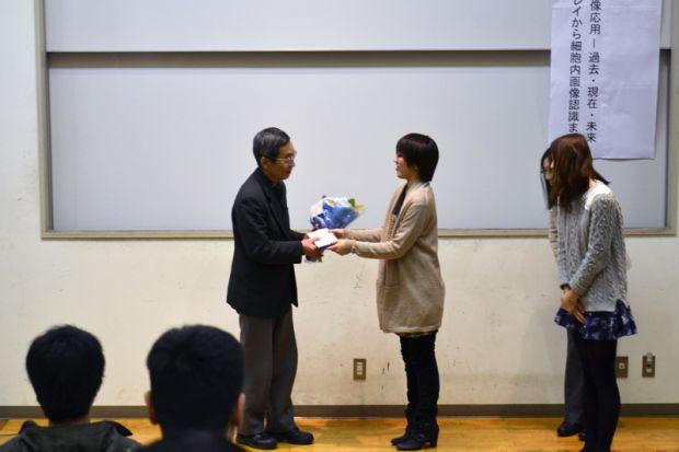 花束を受け取る浜田教授