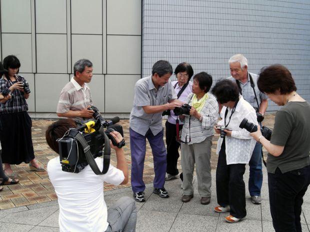 カメラの指導をする幡山正人先生