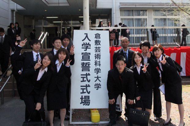 入学宣誓式会場看板前の新入生