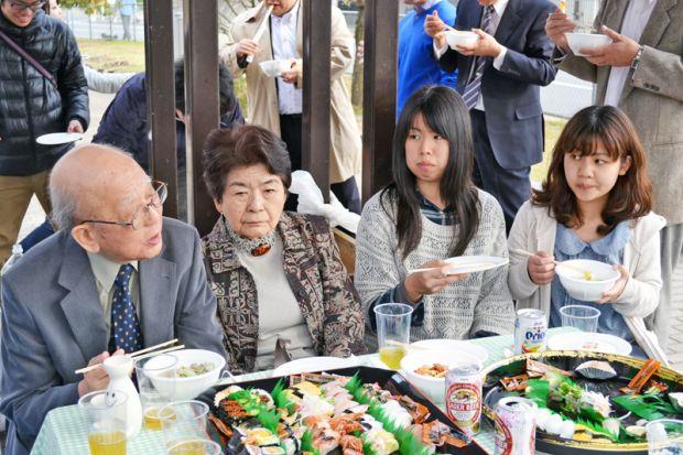 学生とお話をする鈴木章先生