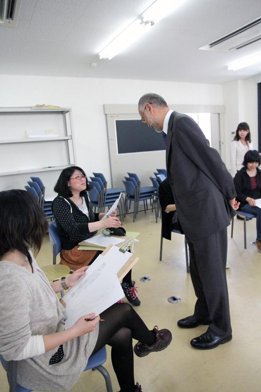 学生さんのデッサンを見る唐木学長