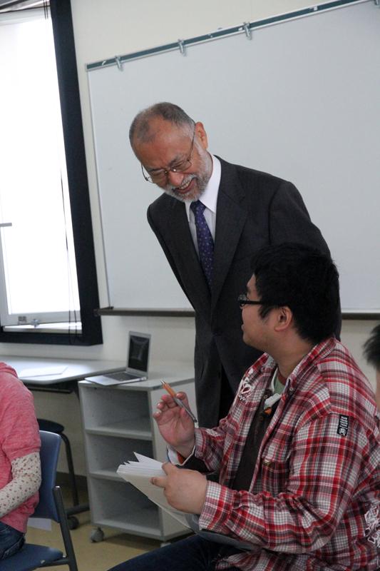 学生さんとお話する唐木学長