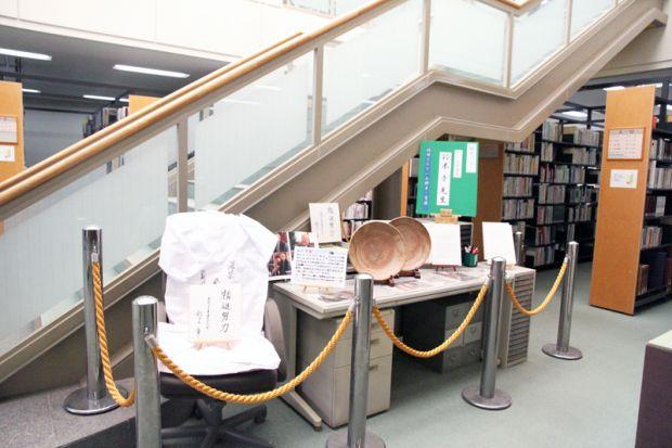 図書館の鈴木章先生特別コーナー