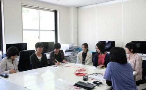 マンガ・アニメ専攻の学生にFM岡山が取材に訪れました。