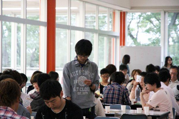 メモを見る学生