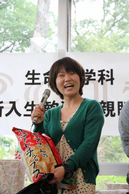 ポテトチップスを持つ女子学生