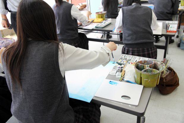絵を描く高校生