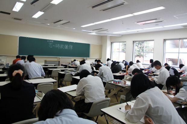 教室で絵を描く高校生