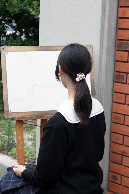 校舎を描く女子高生