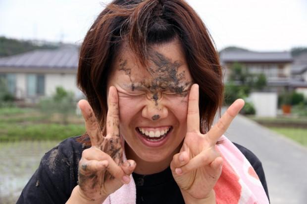 顔に泥が着いた女学生