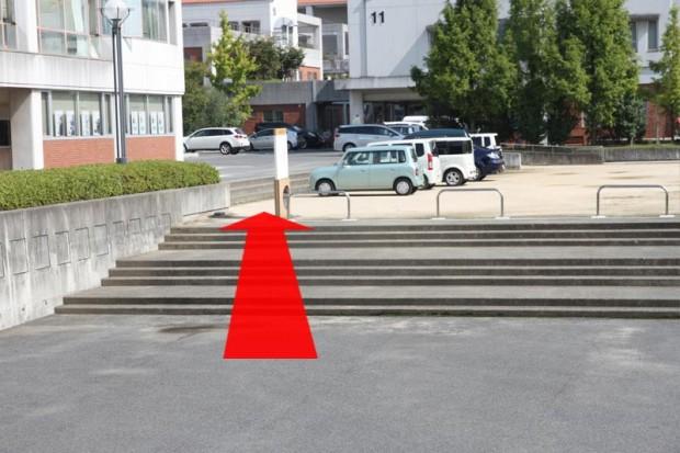エントランス駐車場~階段