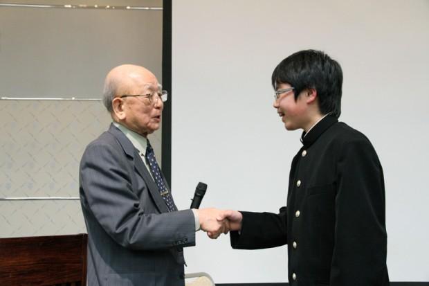 握手をする鈴木章先生