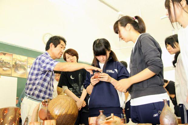 陶器の説明をする岡田先生