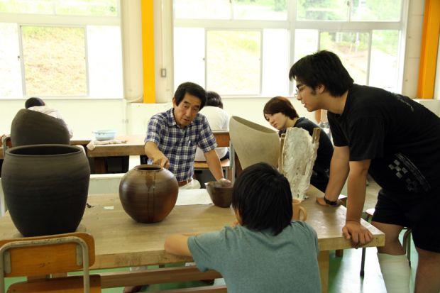 備前焼について説明する岡田先生