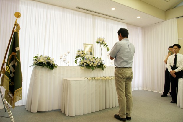 献花に訪れた教員