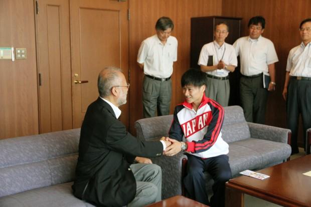 唐木学長と握手する関戸健太さん