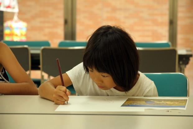 真剣に絵を描く小学生