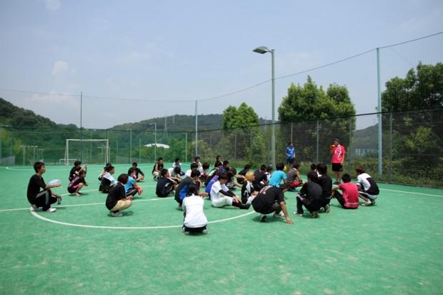 フットサルコートに集まった学生達